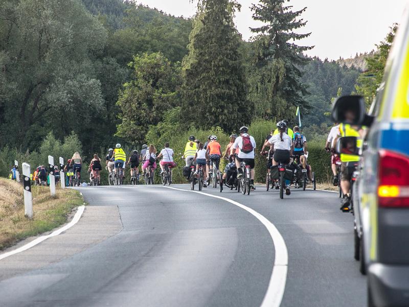 eine Gruppe Radfahrer auf einer Landstraße